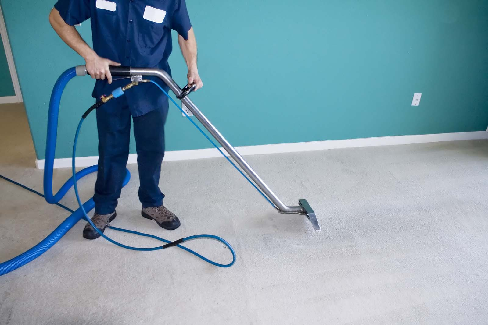 taskforce Man cleaning carpet
